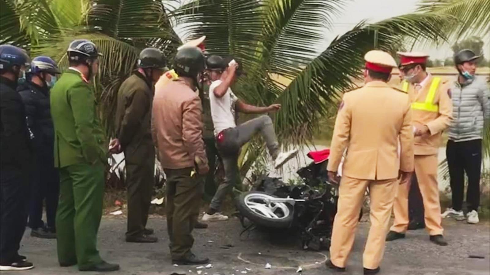 Vi phạm quy định giao thông còn đánh cả công an