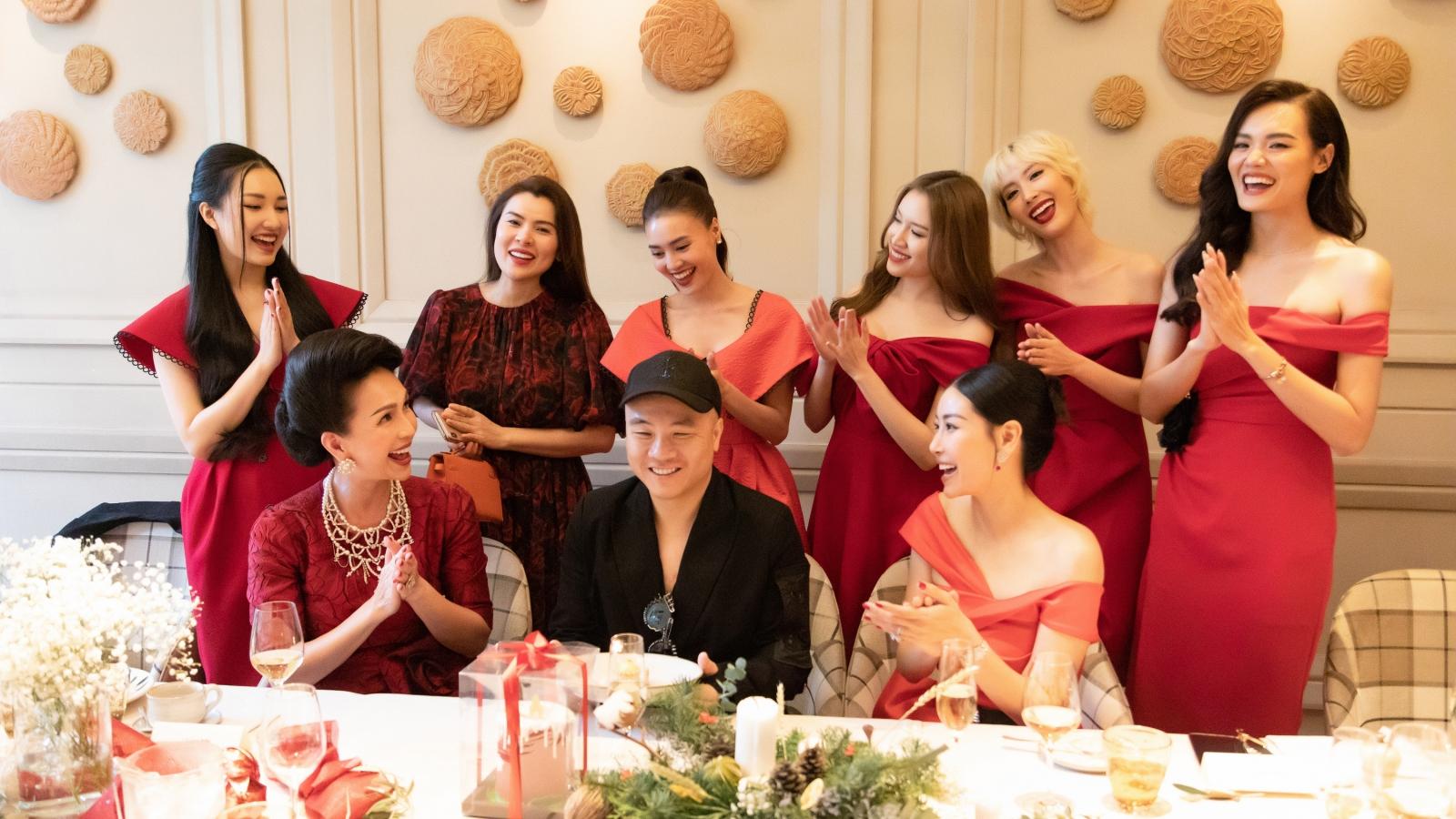 Dàn mỹ nhân mặc trang phục đỏ mừng sinh nhật NTK Đỗ Mạnh Cường