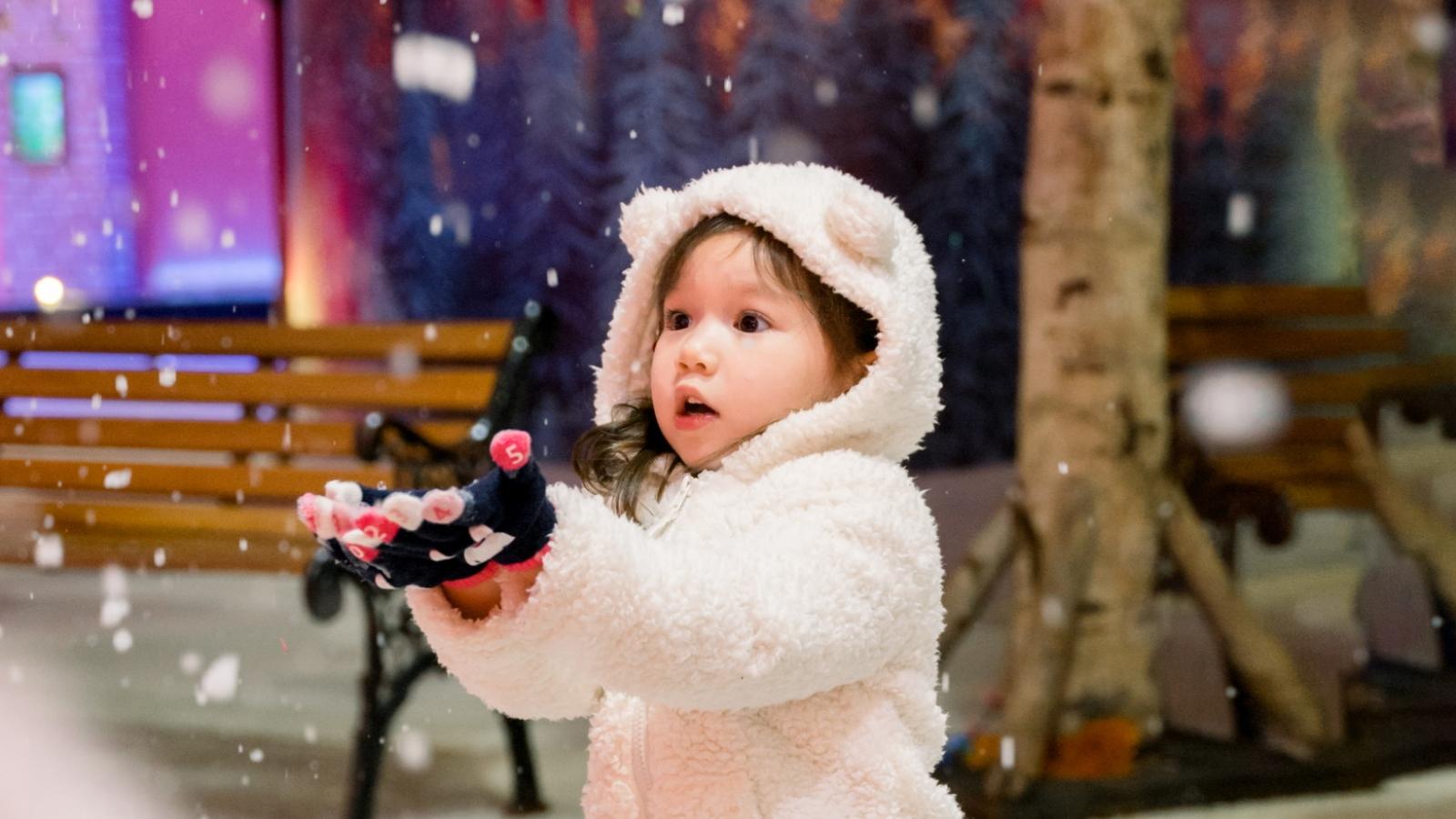Con gái siêu mẫu Hà Anh siêu đáng yêu khi lần đầu chơi với tuyết