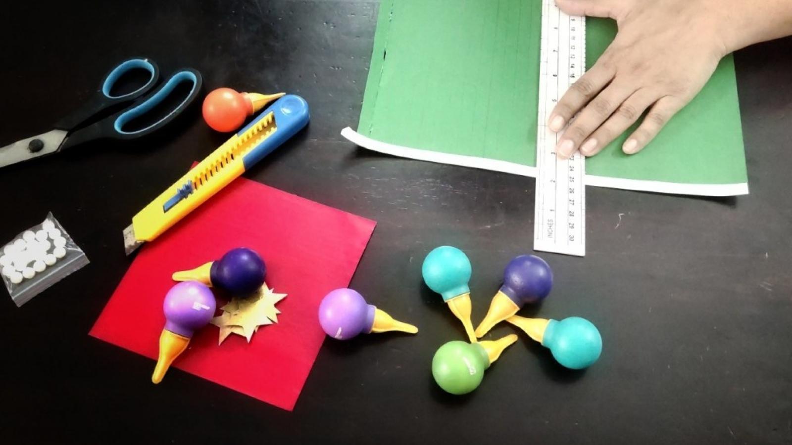 Dạy bé cách làm vòng hoa giấy trang trí Noel đơn giản và xinh xắn