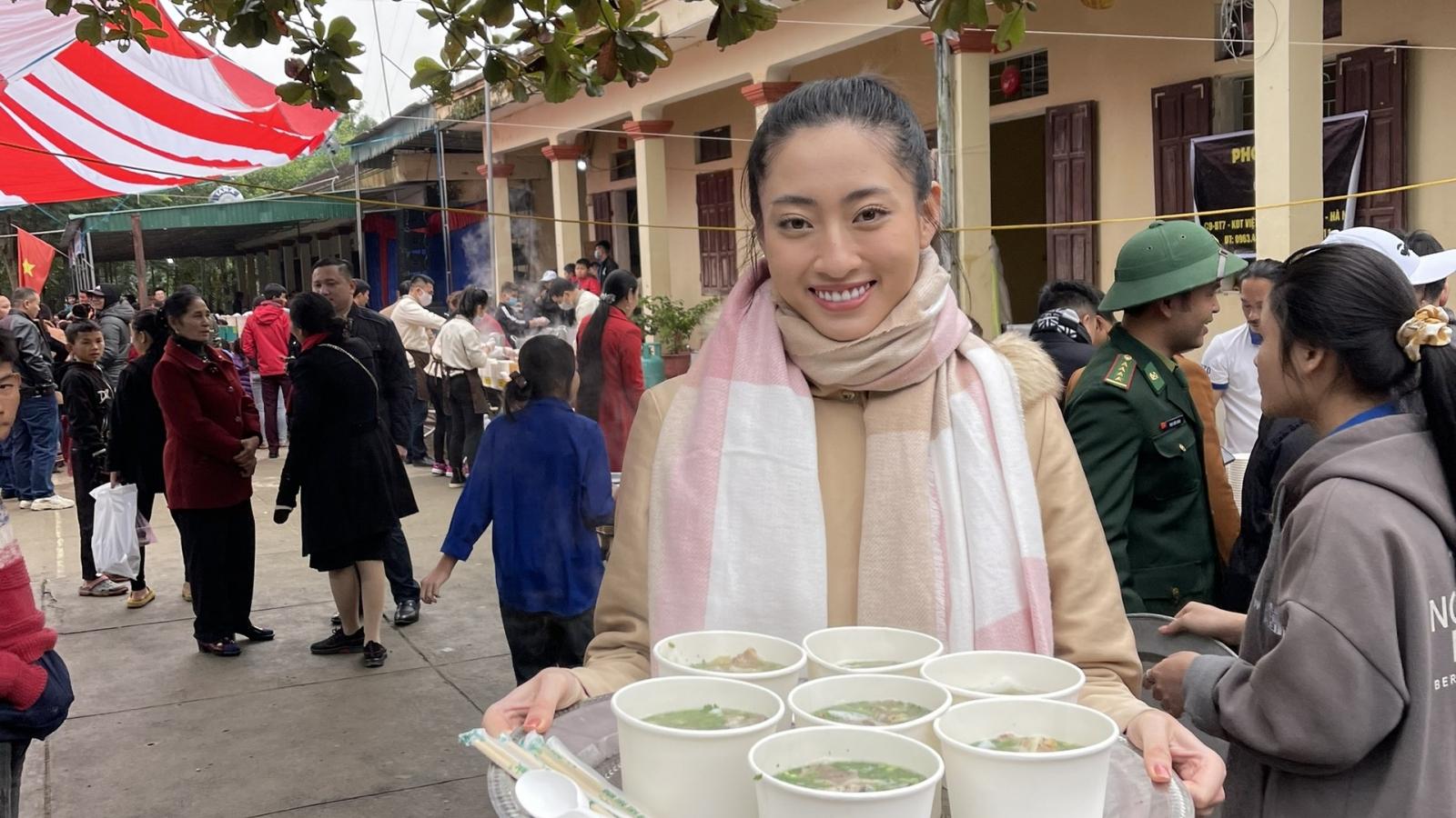 Hoa hậu Lương Thuỳ Linh nấu 2000 tô phở cho trẻ em vùng sâu