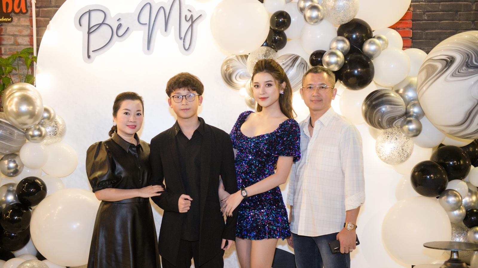 """Á hậu Huyền My """"tình tứ"""" bên cầu thủ Trọng Đại trong tiệc sinh nhật"""