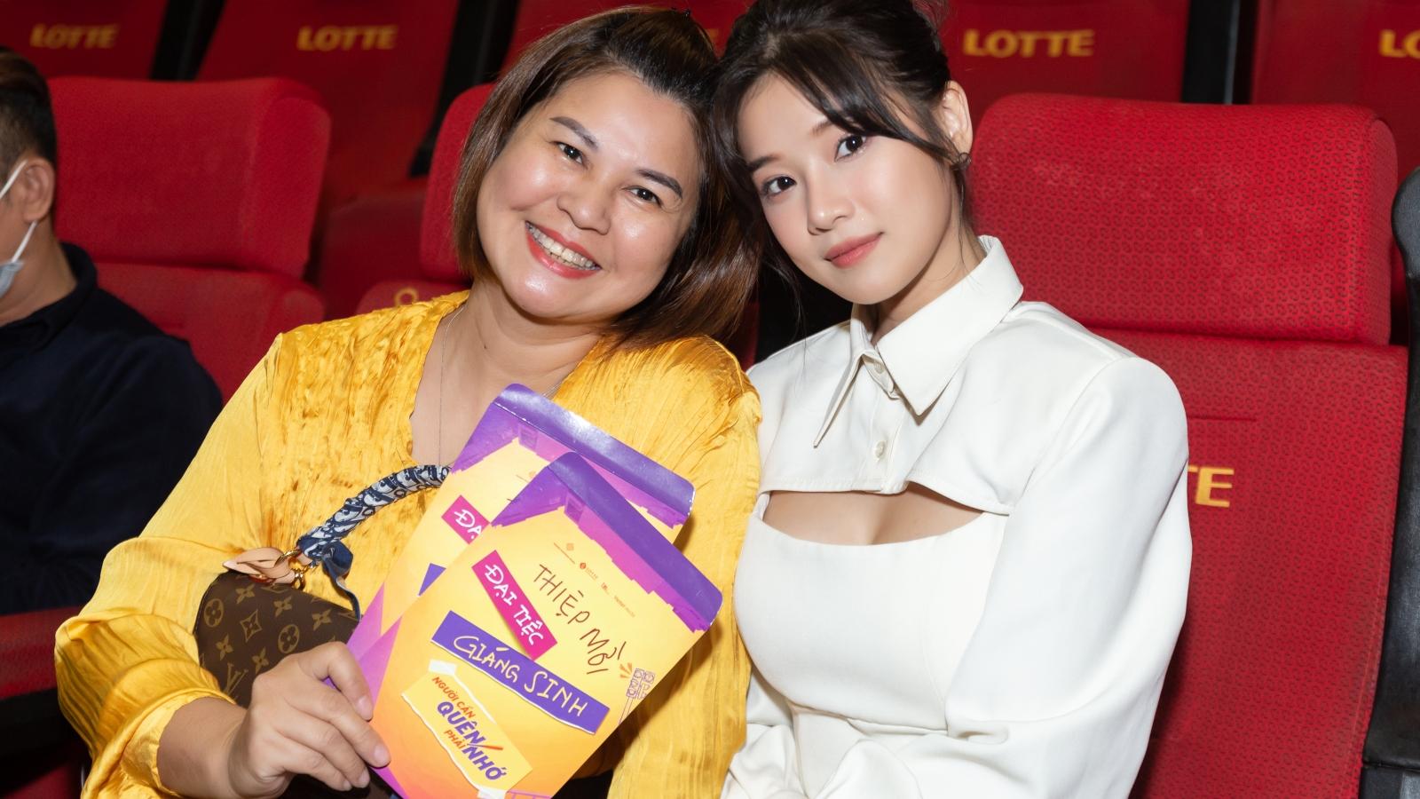"""Hoàng Yến Chibi rạng rỡ bên mẹ trong buổi công chiếu """"Người cần quên phải nhớ"""""""