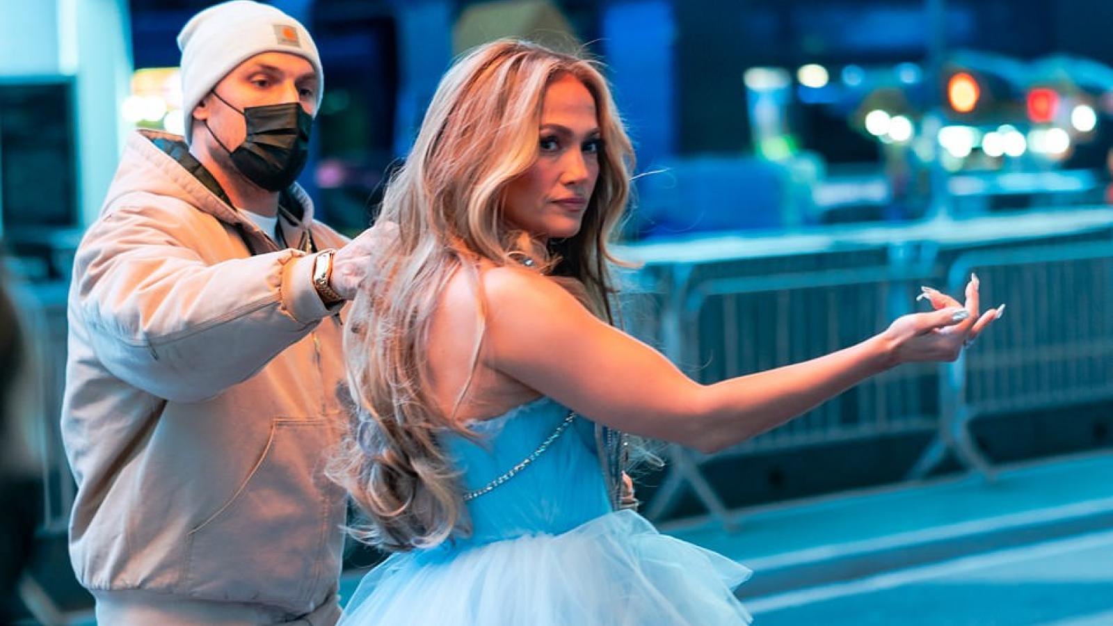 Jennifer Lopez diện đầm gợi cảm, xuất hiện nổi bật tại quảng trường Thời Đại