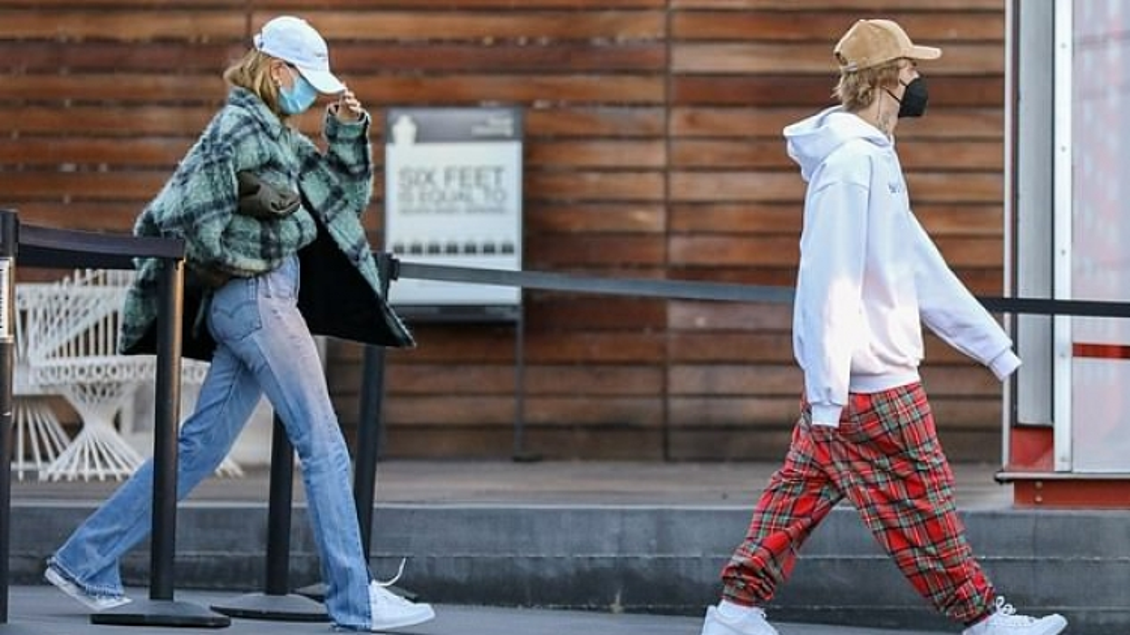 Vợ chồng Justin Bieber cùng nhau đi sắm đồ Giáng sinh