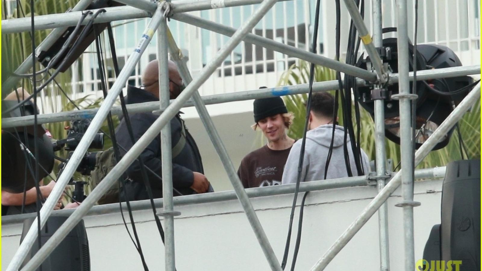 Justin Bieber cười tươi trong buổi tập luyện chuẩn bị cho show diễn sắp tới