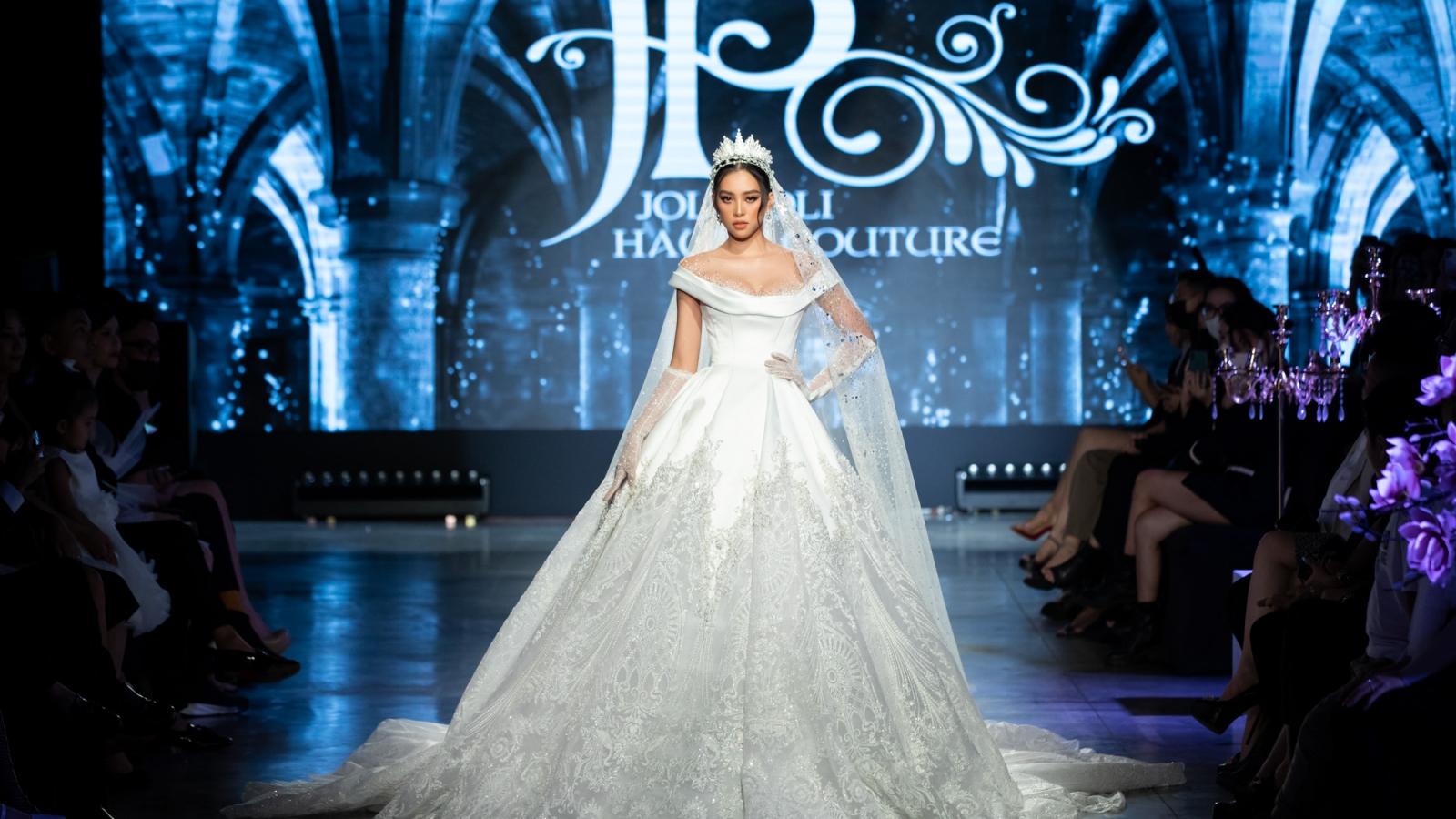 Tiểu Vy diện váy cưới đẹp tựa nữ thần tại Vietnam International Fashion Festival