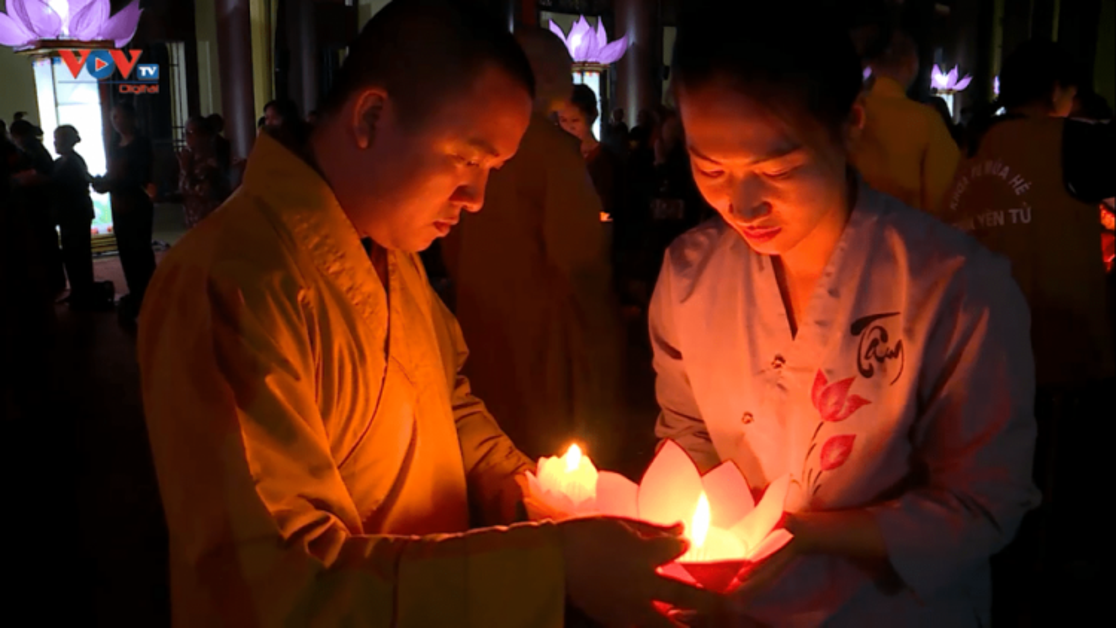 Floral lantern festival lights up Yen Tu at night