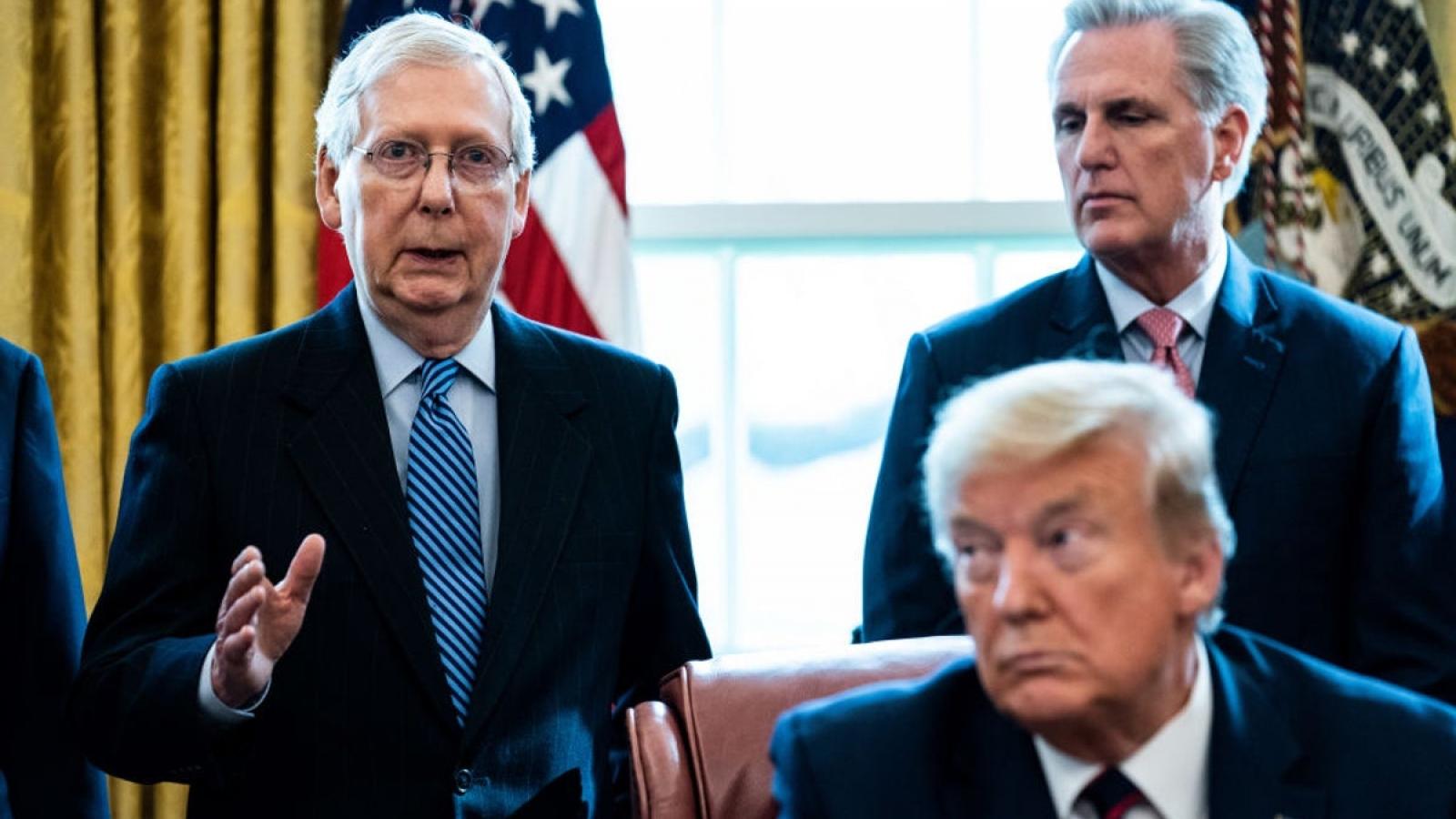 """Tổng thống Trump nói Mitch McConnell """"từ bỏ quá sớm"""""""