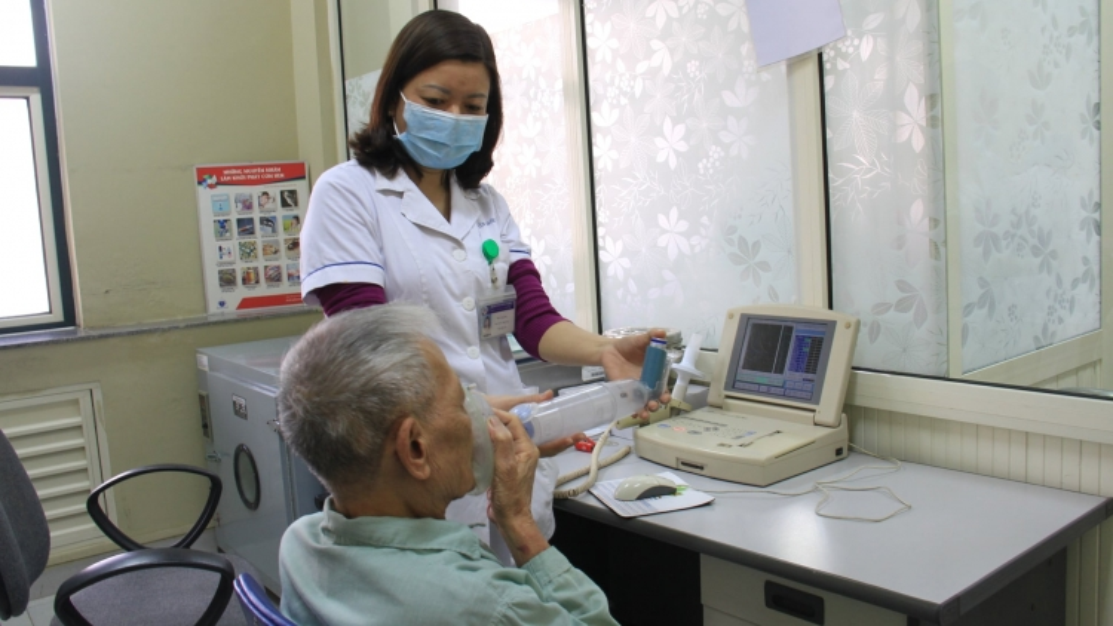 Trời lạnh, người già nhập viện tăng đột biến