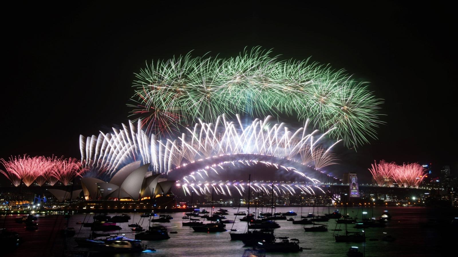 Người dân Australia xem bắn pháo hoa chào Năm Mới tại nhà