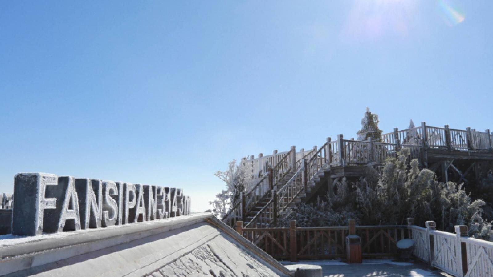 Du khách đổ xô lên đỉnh Fansipan chờ ngắm băng tuyết