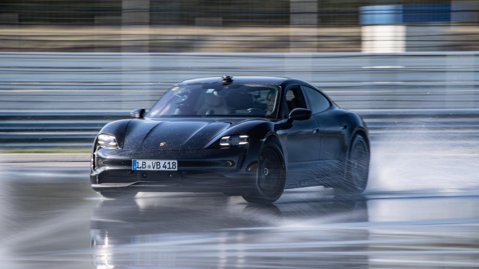 """""""Siêu xe điện"""" Porsche Taycan lập kỷ lục Guinnessvới quãng đường drift dài nhất"""
