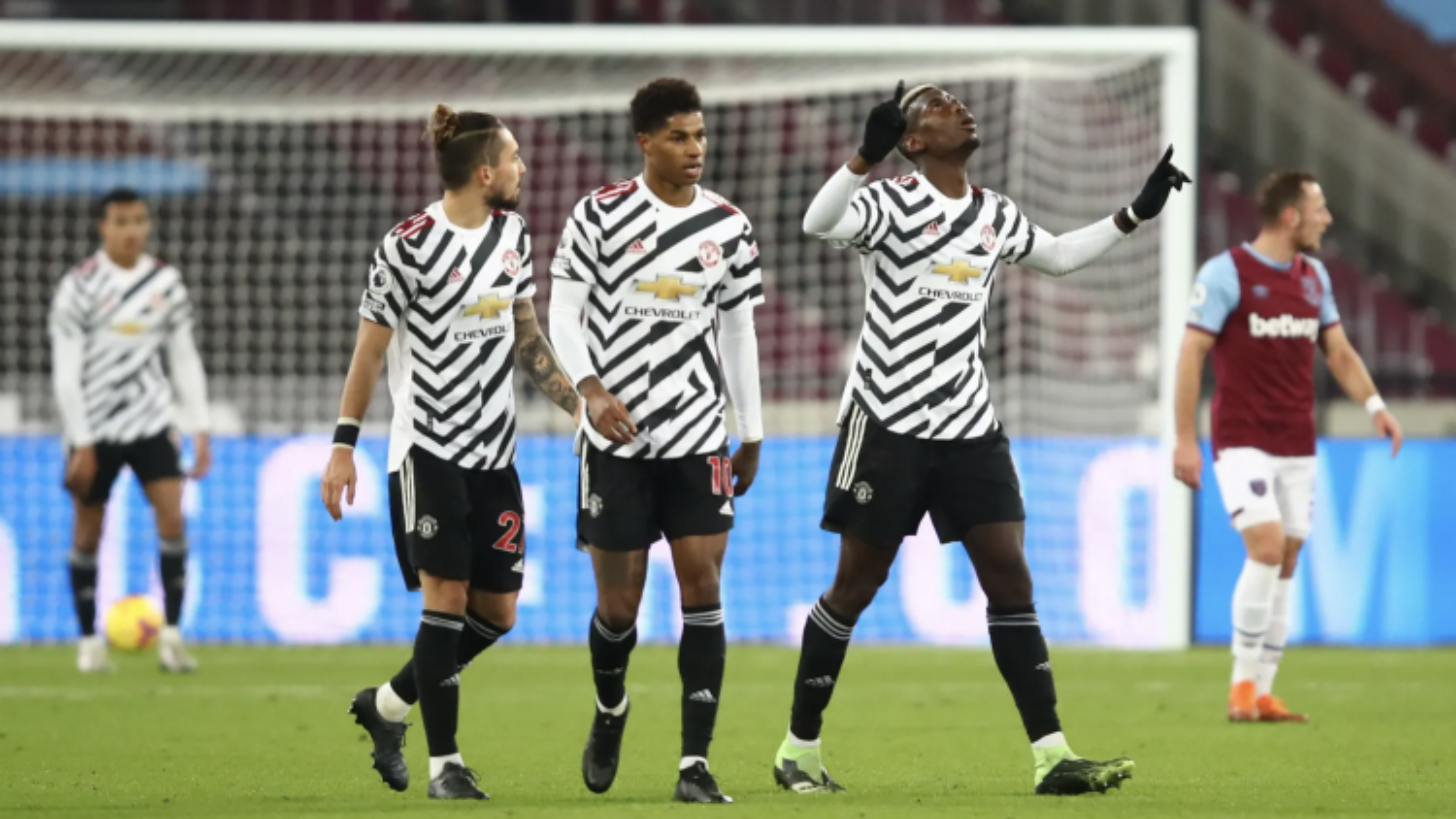 Bruno kiến tạo để Pogba lập siêu phẩm, MU ngược dòng trên sân West Ham để tiến vào top 4