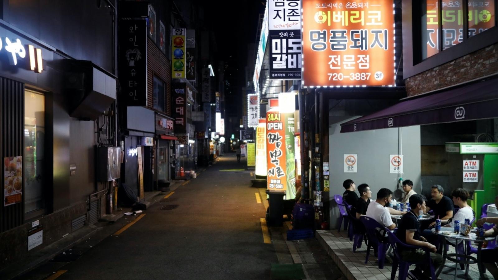 """Số ca Covid-19 mới tăng kỷ lục, thủ đô Seoul, Hàn Quốc """"tắt đèn"""" sau 21h"""