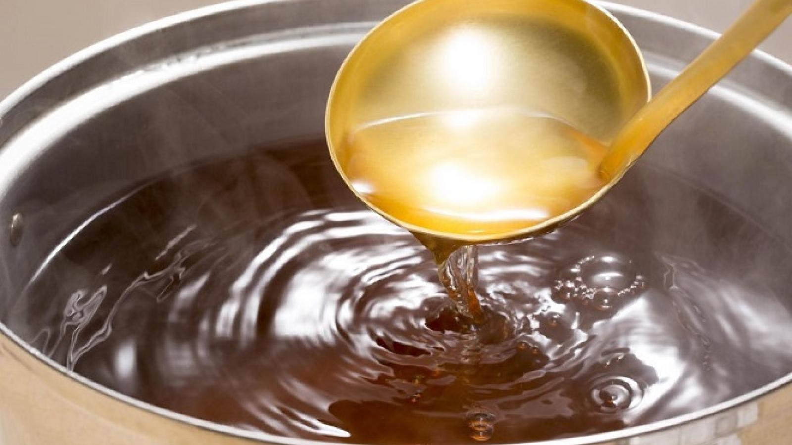 ''Bắt bệnh'' nồi nước dùng mất ngon vì những sai lầm khi cho gia vị