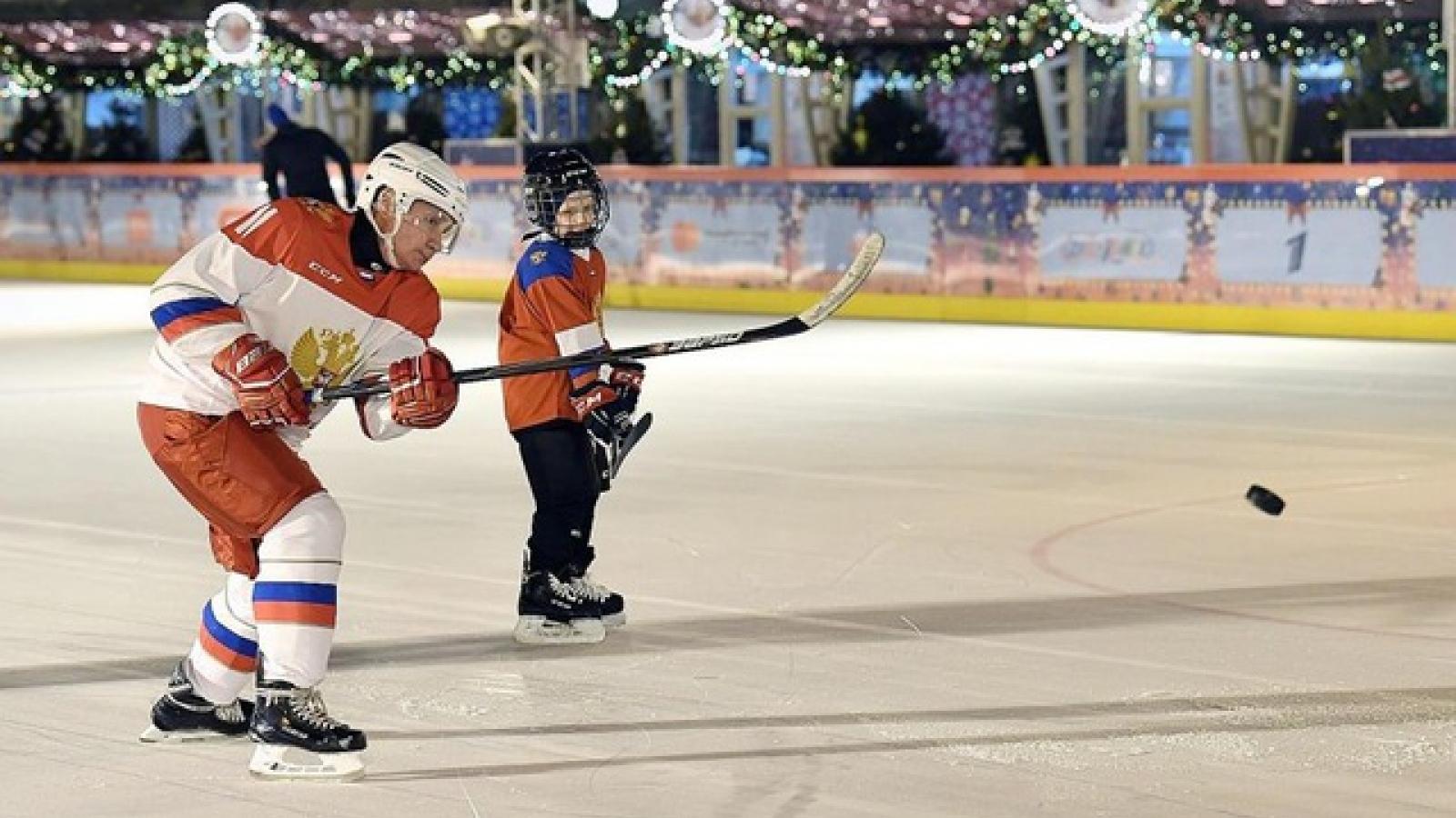 Tổng thống Putin chơi khúc côn cầu với cậu bé 9 tuổi ở Quảng trường Đỏ dịp Giáng sinh
