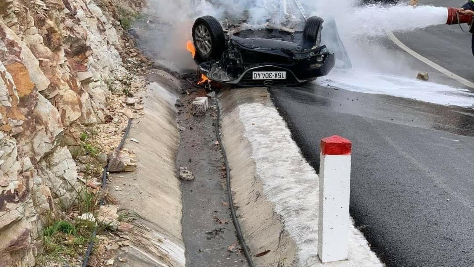 Ô tô mất lái đâm vào vách núi, 1 người thiệt mạng 2 người bị thương nặng