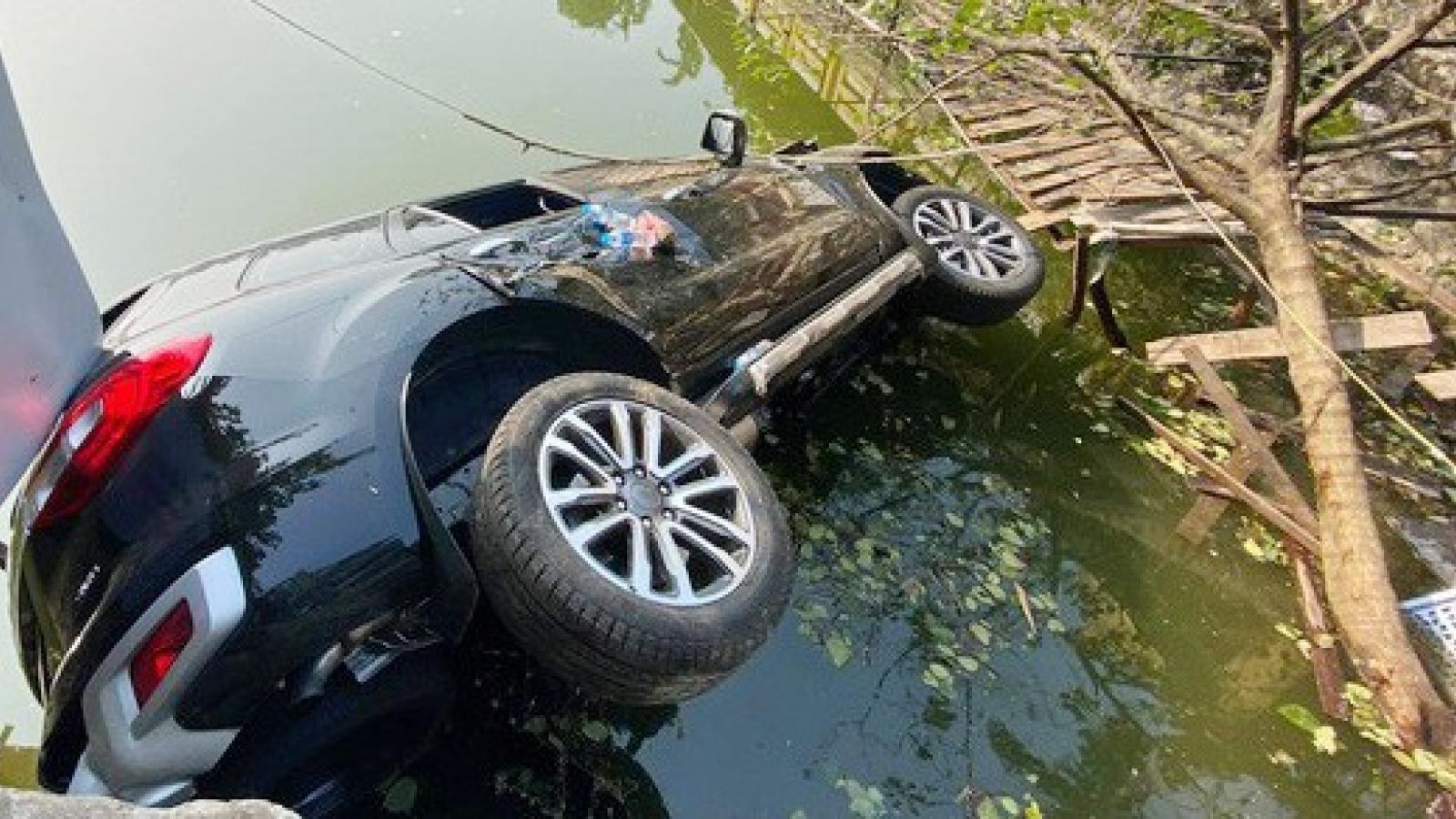 Ô tô lao xuống hồ Nghi Tàm, nhiều người thoát chết