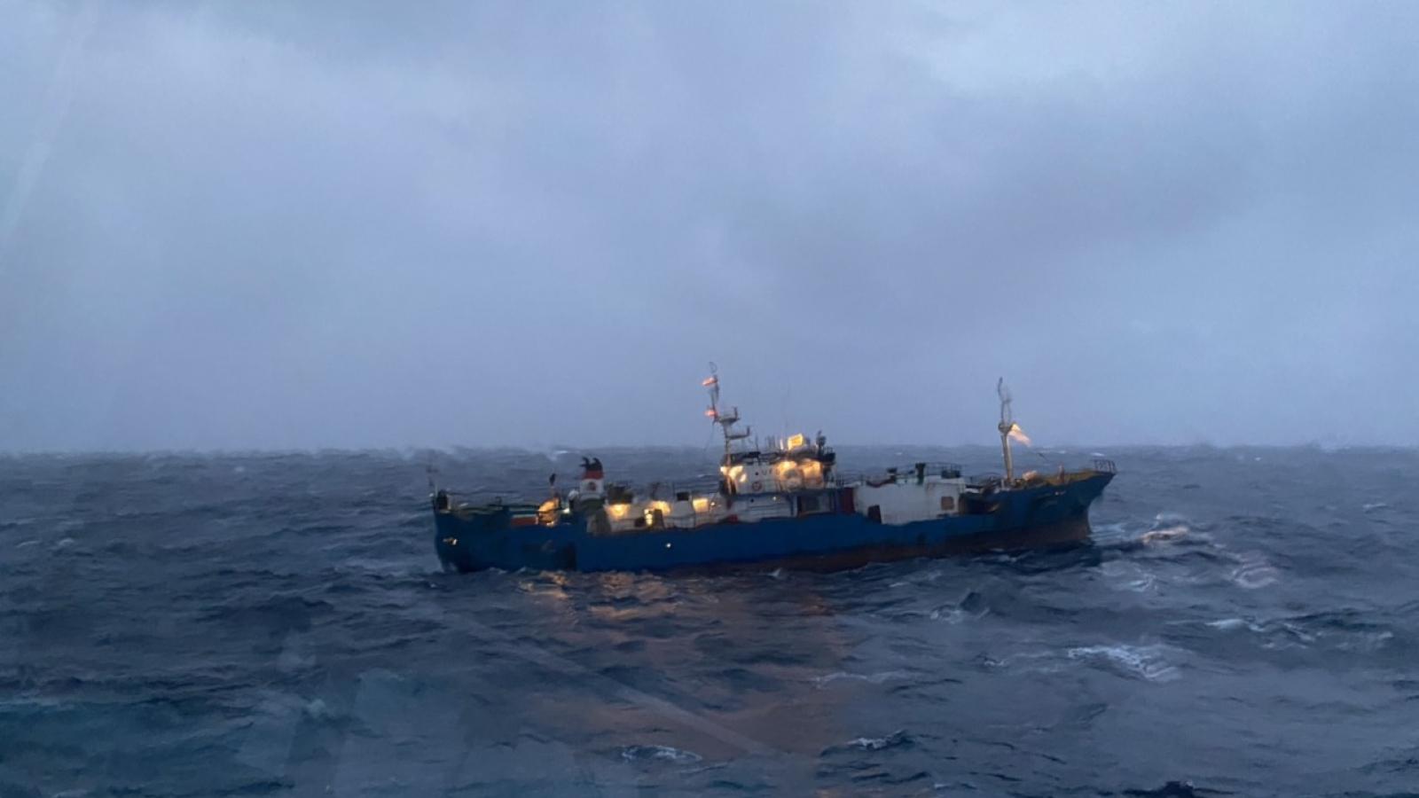 Lữ đoàn Tàu ngầm 189 Hải quân cứu hộ tàu quốc tịch Nga  gặp nạn trên biển.