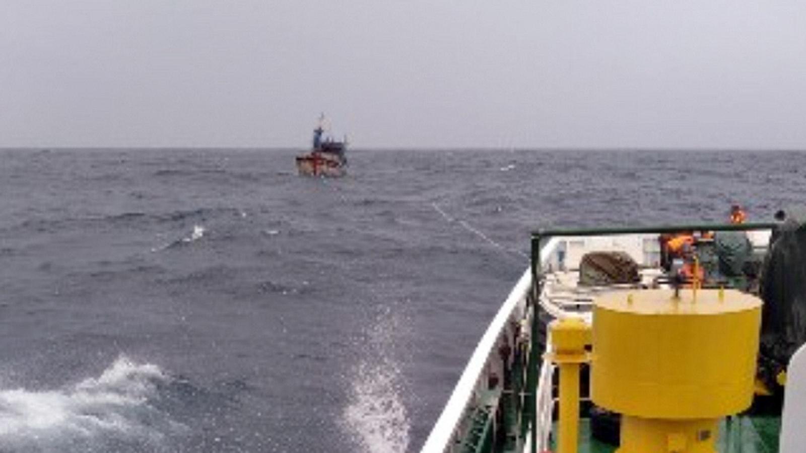 Cứu 3 ngư dân cùng tàu cá bị thả trôi trên biển