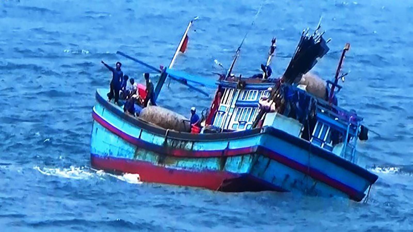 Tàu cá bị chìm ở Bình Định, 2 ngư dân mất tích trên biển