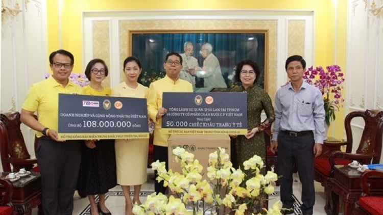 Thailand presents aid to flood victims in central region