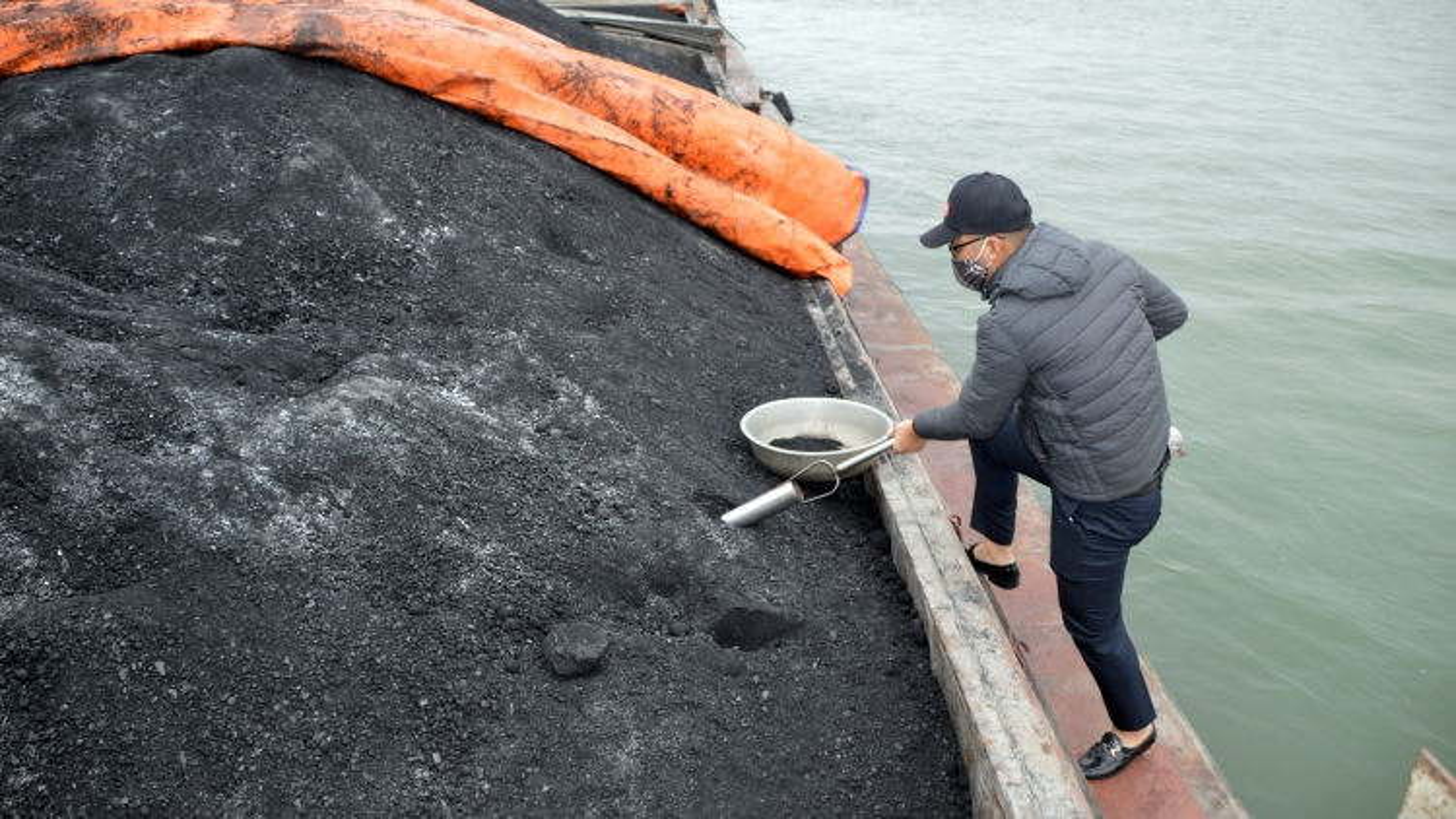 Cảnh sát biểntạm giữ 850 tấn than không rõ nguồn gốc