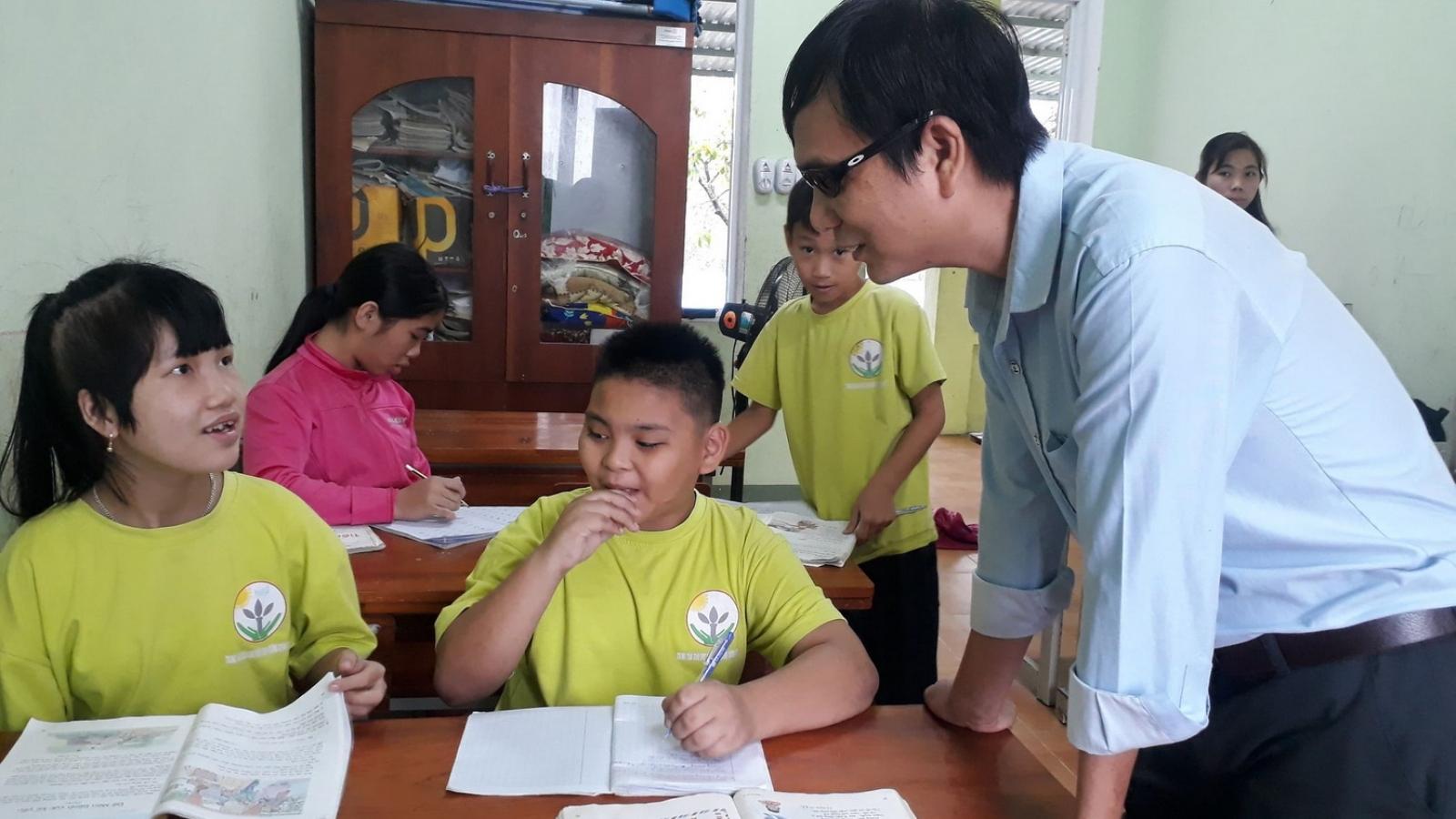 Tấm lòng của thầy giáo mù cưu mang nhiều trẻ khuyết tật