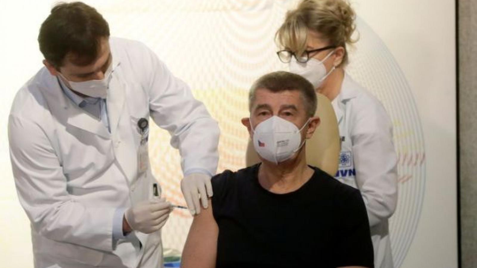 Thủ tướng Séc là người đầu tiên được tiêm vaccine Covid-19