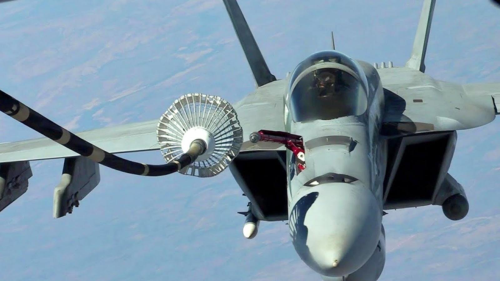 Cận cảnh quy trình tiếp nhiên liệu trên không cho tiêm kích F/A-18 Hornet