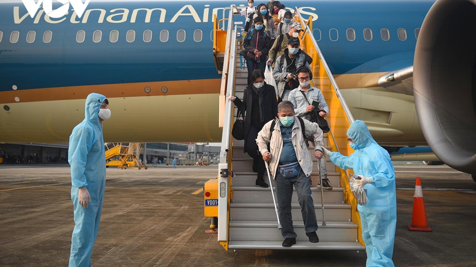 Tiếp viên hàng không lây lan Covid-19 ra cộng đồng: Lỗ hổng từ việc cách ly tại nhà
