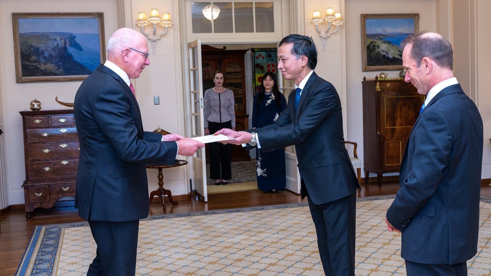 Đại sứ Nguyễn Tất Thành trình quốc thư lên Toàn quyền Australia David Hurley