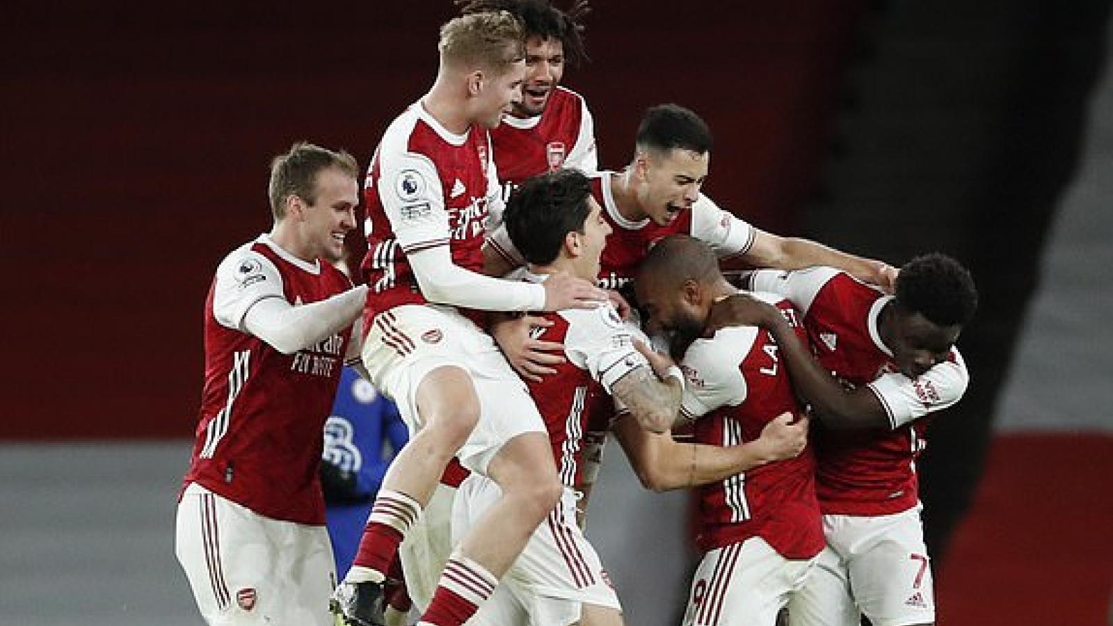 Xhaka lập siêu phẩm đá phạt, Arsenal bất ngờ đả bại Chelsea 3-1 trong ngày Lễ tặng quà