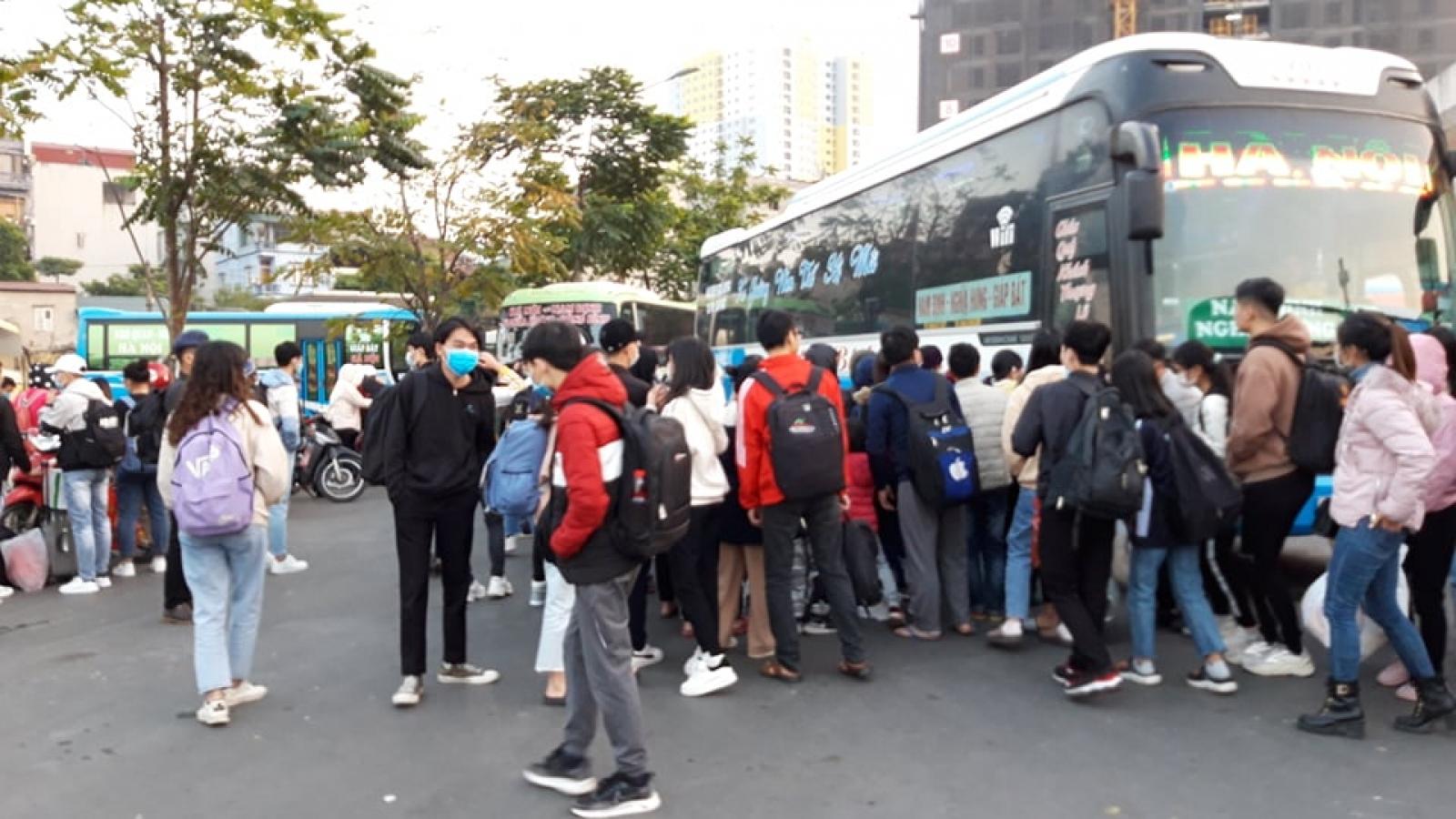 Ùn ùn đổ về bến xe rời Hà Nội về quê nghỉ Tết Dương lịch