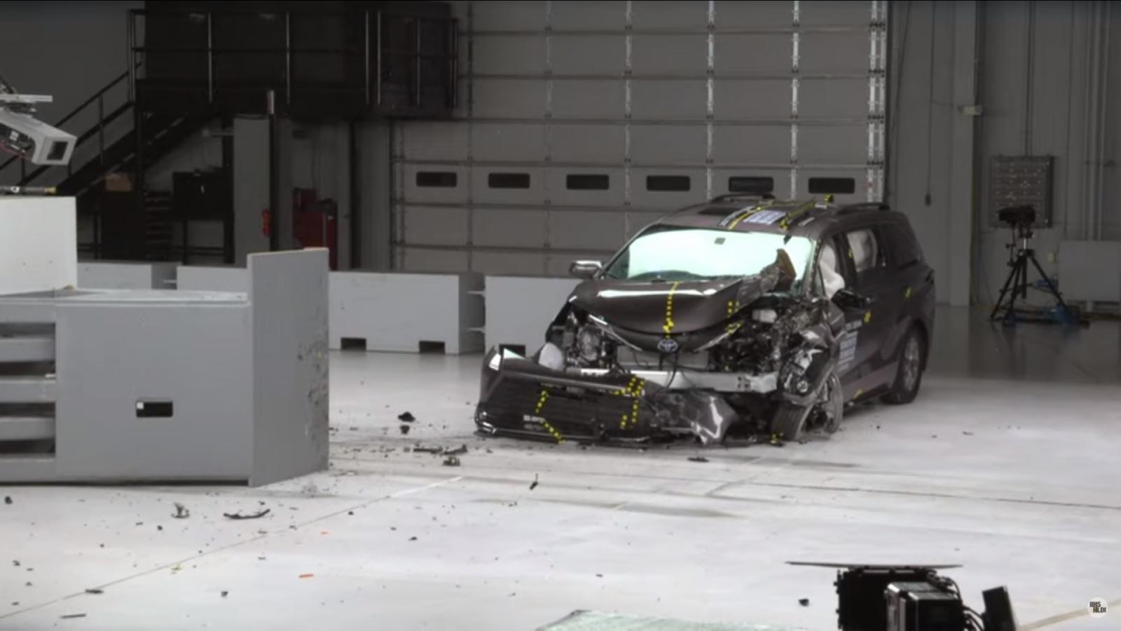 Toyota Sienna 2021 gây ấn tượng ở bài thử nghiệm va chạm