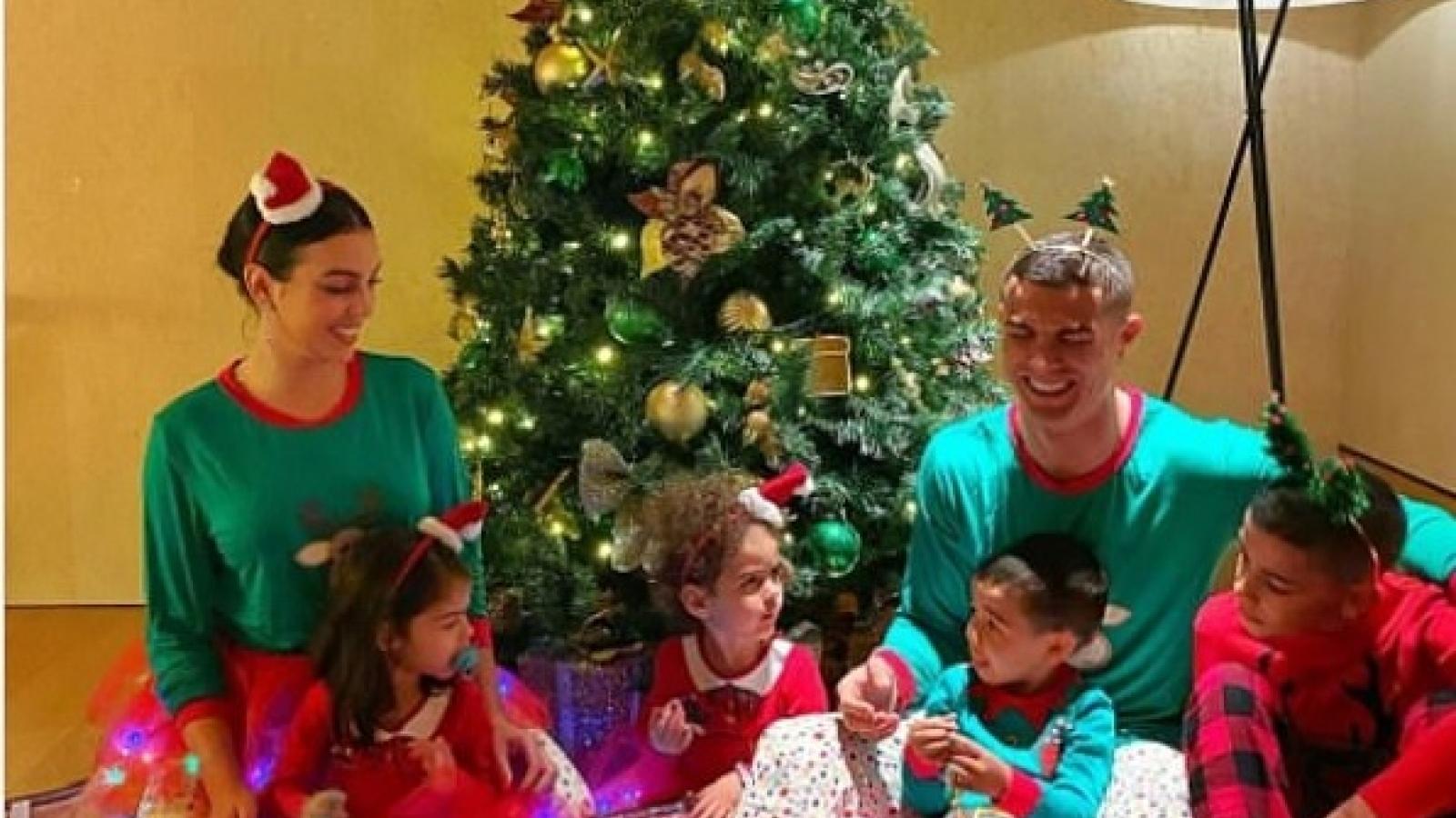 C.Ronaldo và bạn gái mặc đồ đôi đón Giáng sinh ấm áp bên các con