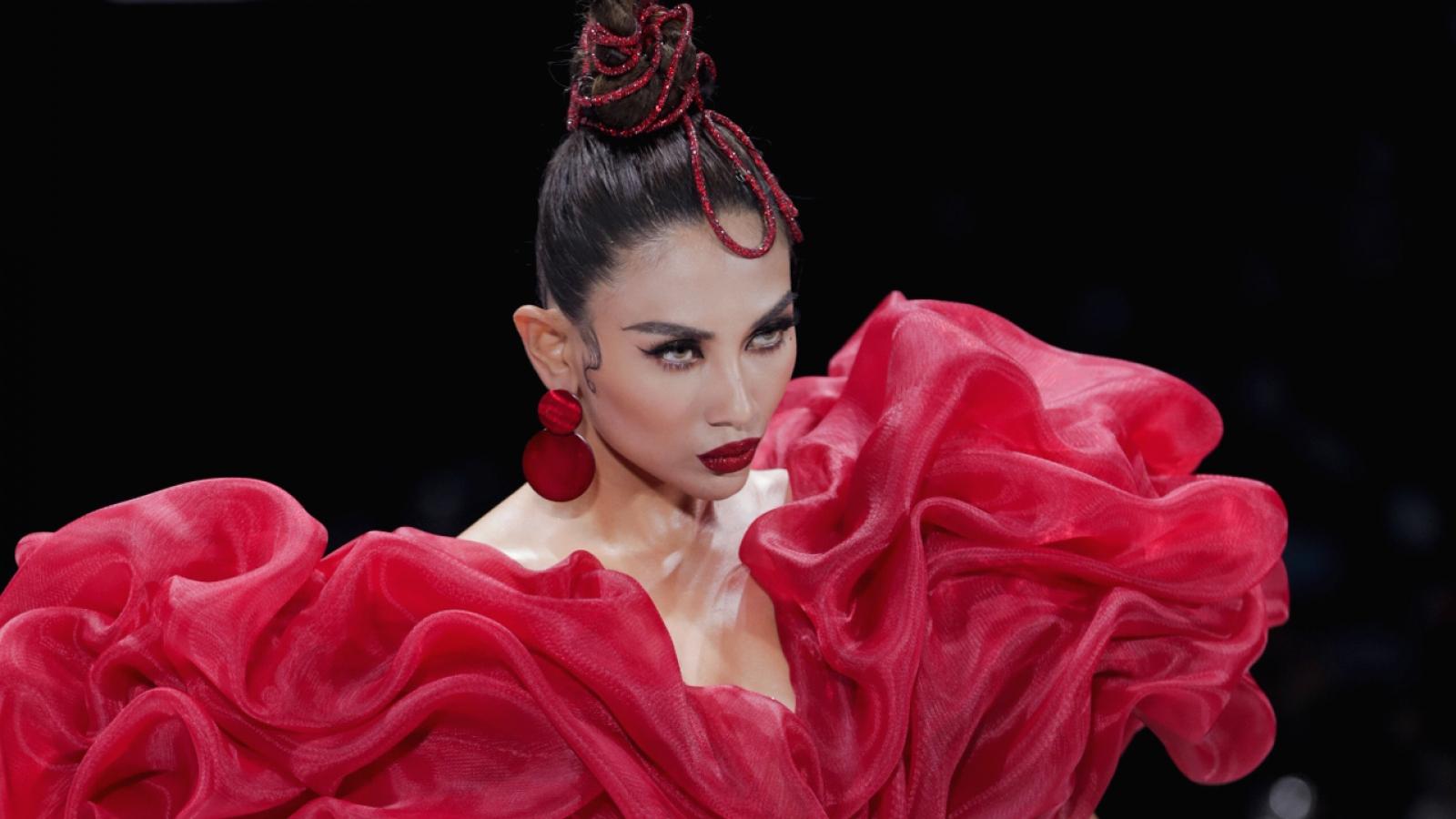 Võ Hoàng Yến hóa đóa hồng, nhảy múa trên sàn diễn thời trang