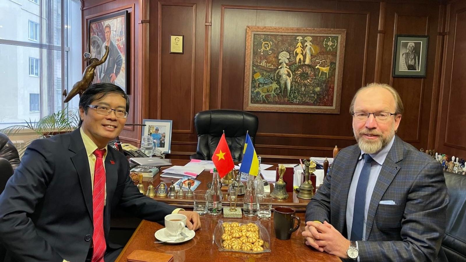 Đại sứ Nguyễn Hồng Thạch thăm và làm việc với Phòng công nghiệp và thương mại Ukraina