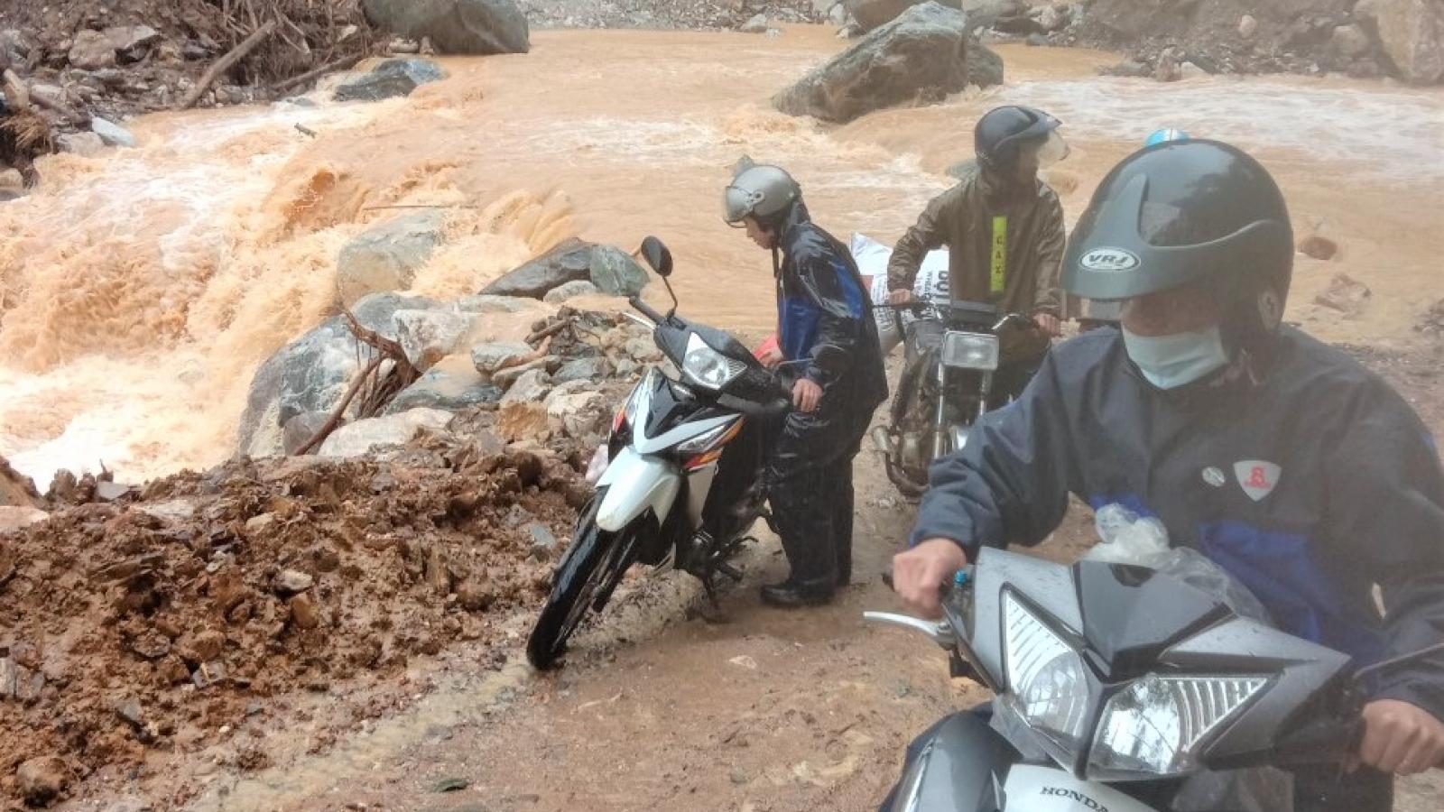 Mưa lớn tiếp tục gây sạt lở, chia cắt nhiều nơi ở miền Trung