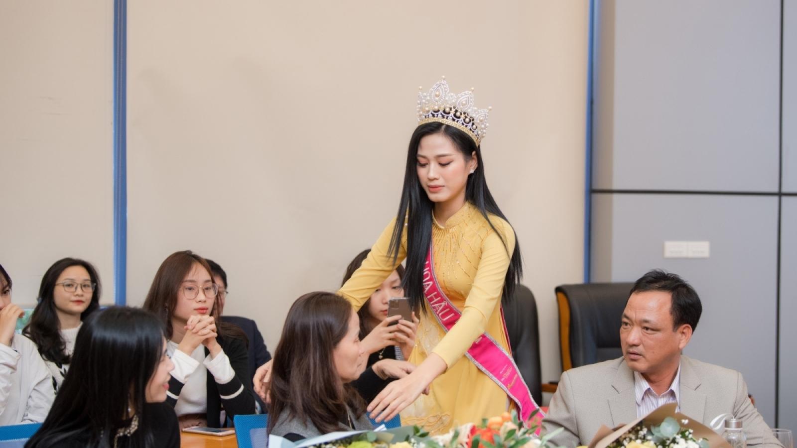 Chuyện showbiz: Hoa hậu Đỗ Thị Hà bật khóc khi về lại trường KTQD