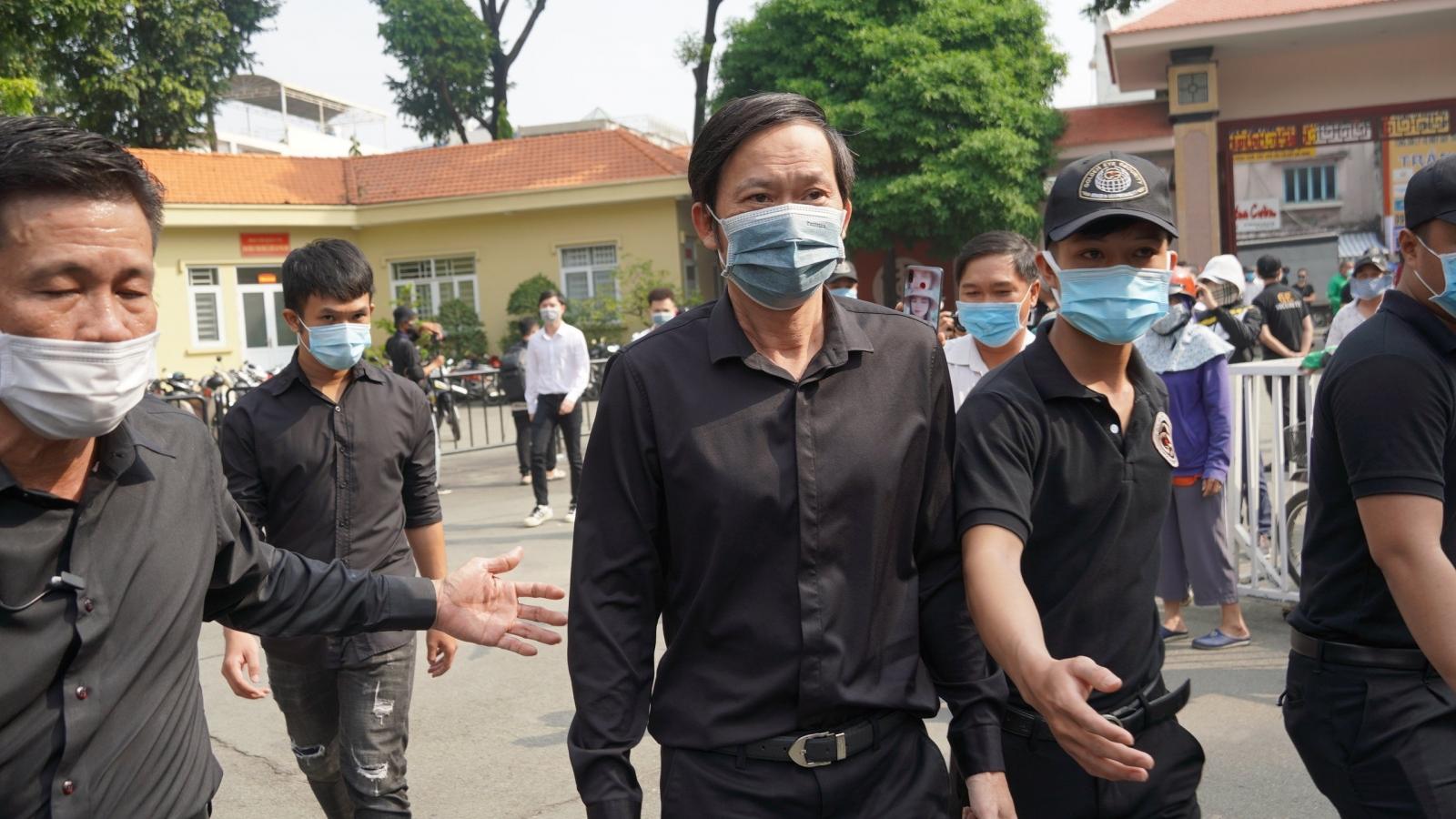 Hơn 100 người gấp rút chuẩn bị lễ viếng nghệ sĩ Chí Tài