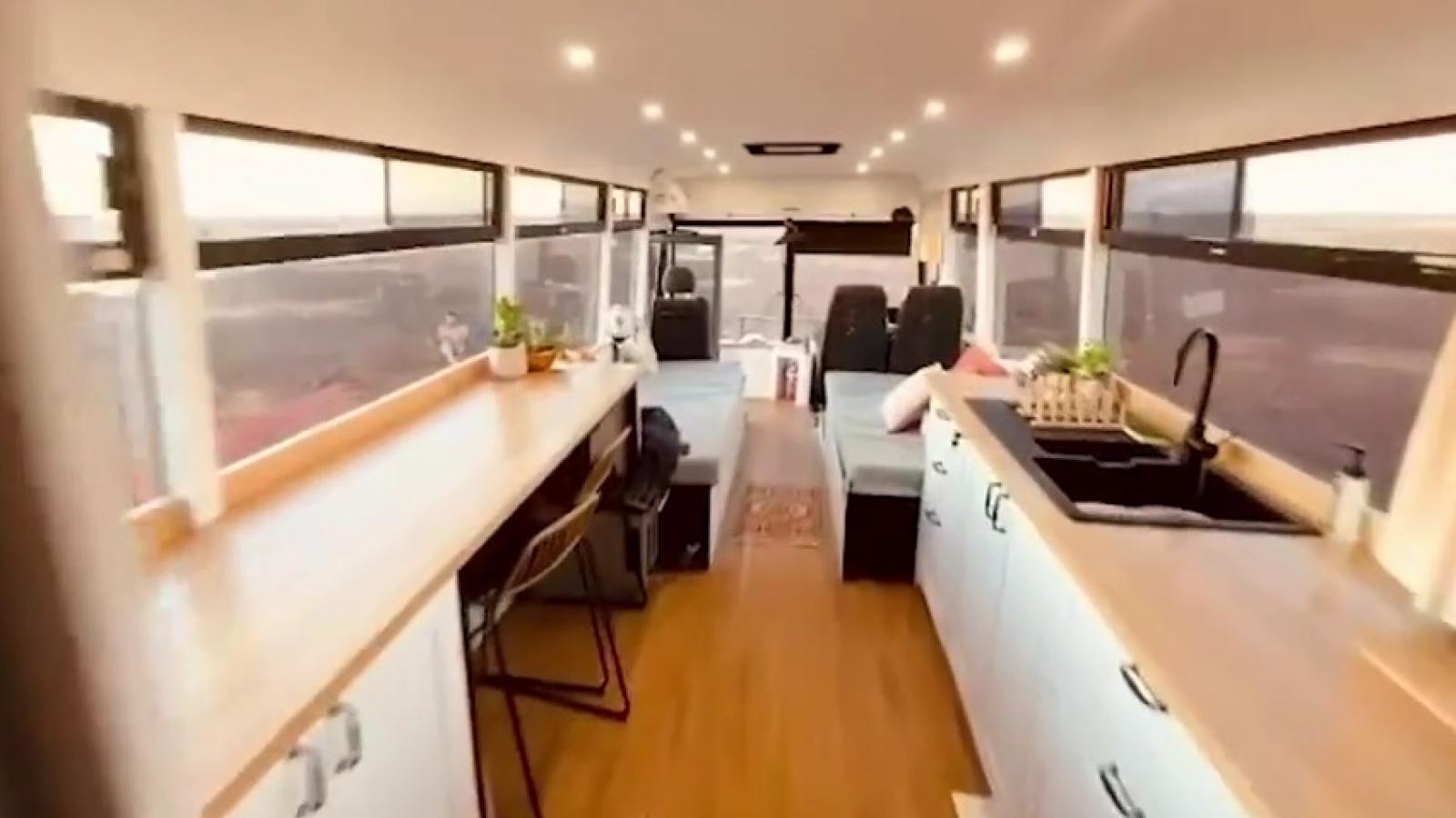 Video: Ấn tượng ngôi nhà trong mơ đầy đủ tiện nghi trên chiếc xe bus cũ