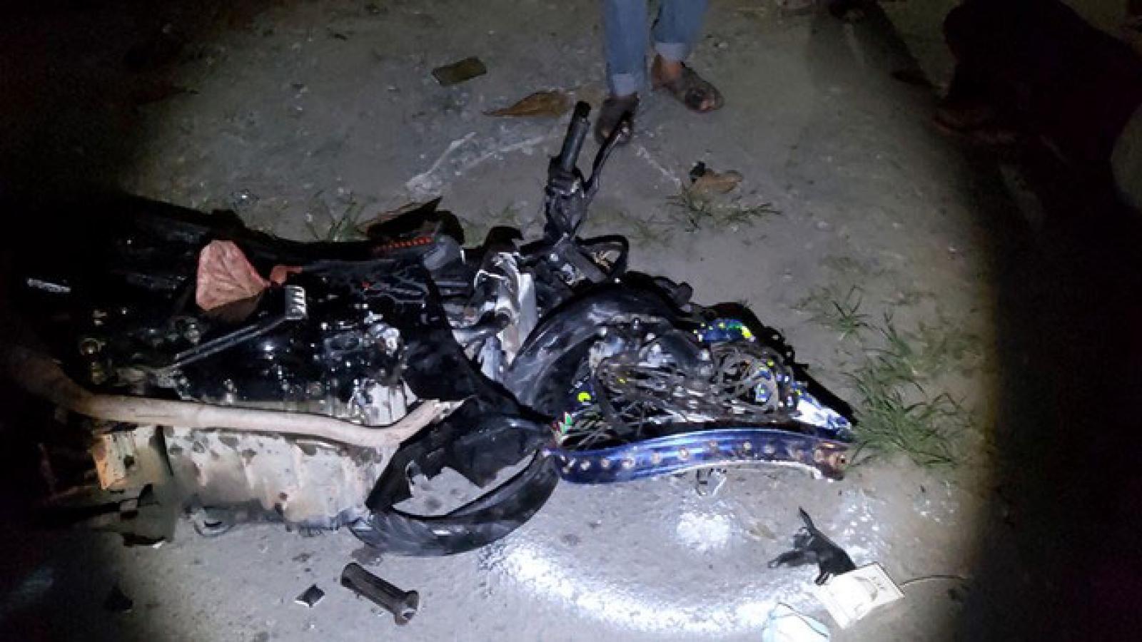 Ba người thương vong, hai xe máy biến dạng sau cú tông trực diện