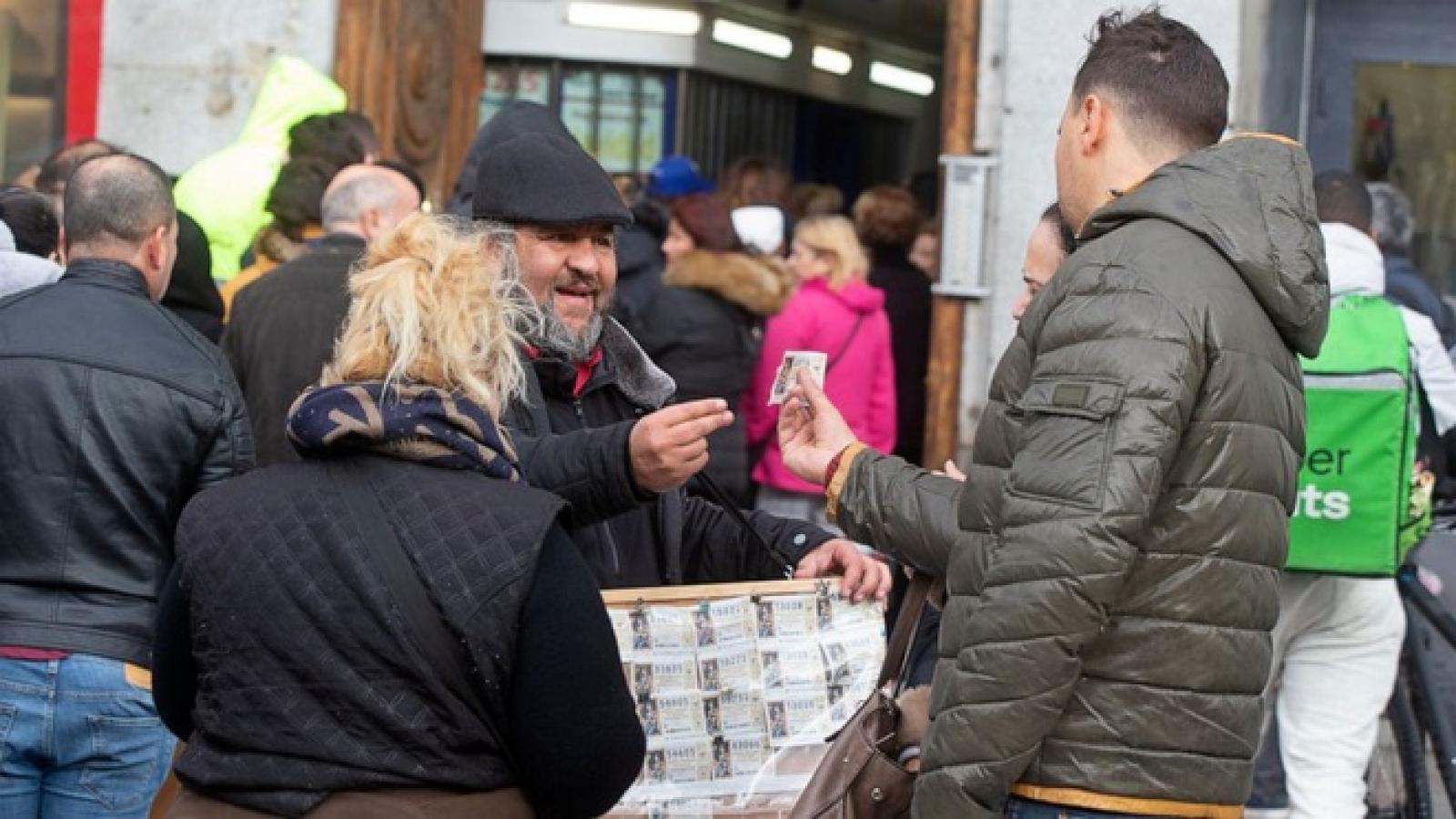Người dân Tây Ban Nha xếp hàng trong giá lạnh mua vé số Giáng sinh may mắn