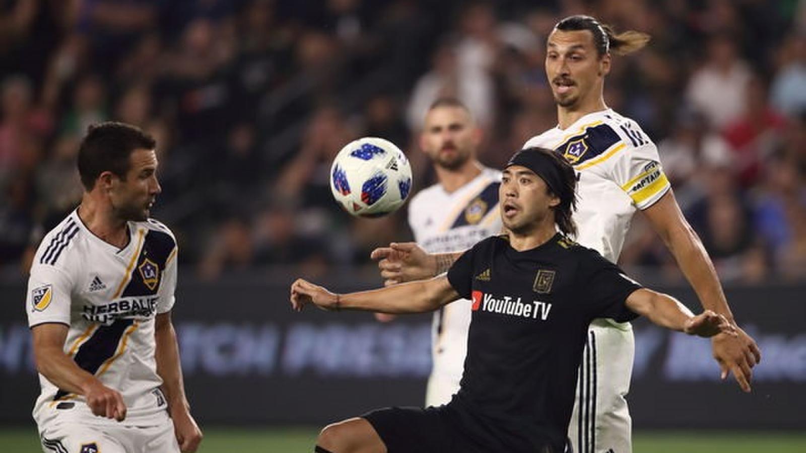 """Zlatan Ibrahimovic """"làm nền"""" cho siêu phẩm của Lee Nguyễn"""