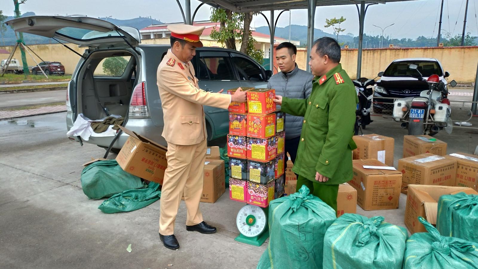 Thu giữ gần 500kg pháo nổ trên cao tốc Lào Cai- Hà Nội