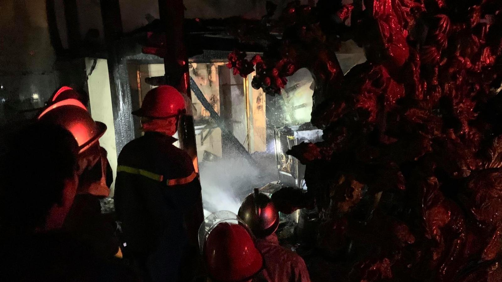 Cháy lớn tại nhà sàn 300m2 với nhiều tượng gỗ quý