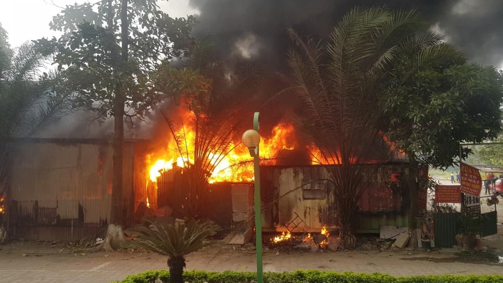Cháy lớn tại bãi gửi xe ở Hà Nội
