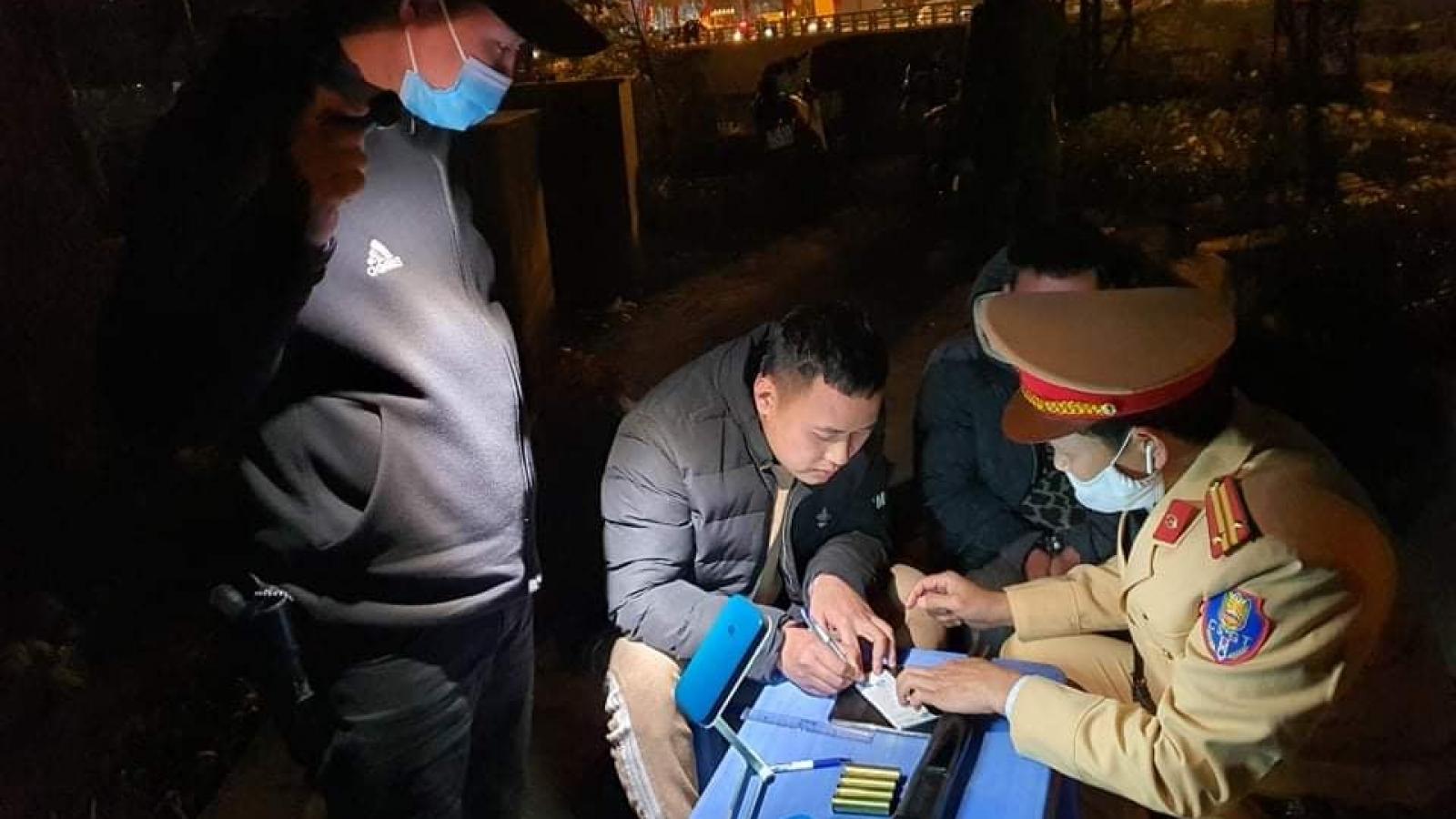 Bắt giữ nam tài xế say xỉn, mang theo súng hoa cải tại Hà Nội